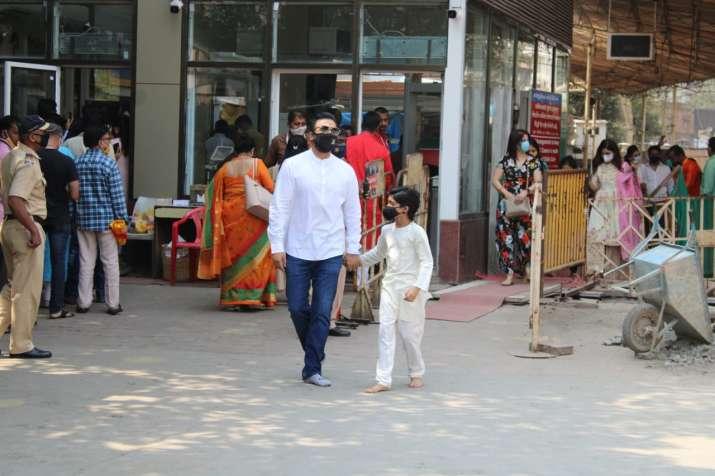 India Tv - Shilpa Shetty & Raj Kundra with family at Siddhivinayak temple on daughter Samisha's first birthday