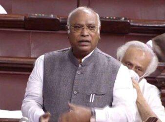 Mallikarjun Kharge protesting GNCTD bill in Parliament