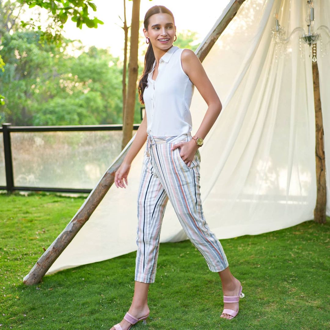3.solid sleeveless top paired perfectly with this summer pastel striped straight pants.